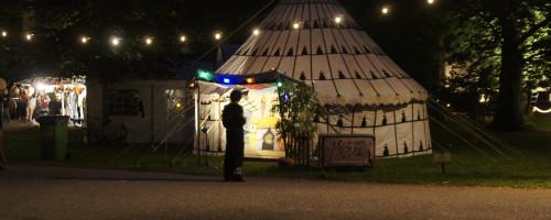 Marokkaanse tent bij nacht